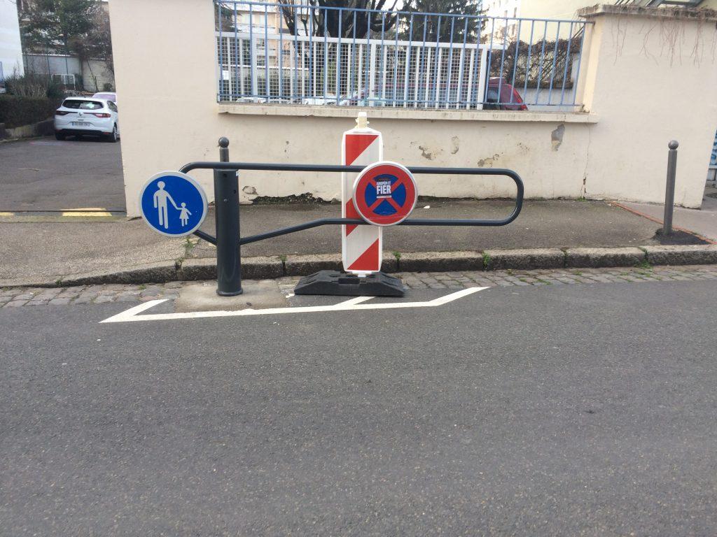 Barrière Est rue de l'Harmonie détériorée