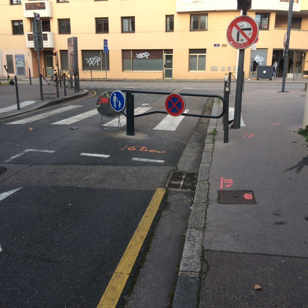 Barrière Ouest rue de l'Harmonie, détériorée