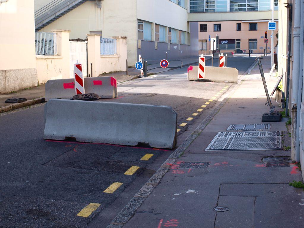 Une rue déserte et de gros blocs de bétons